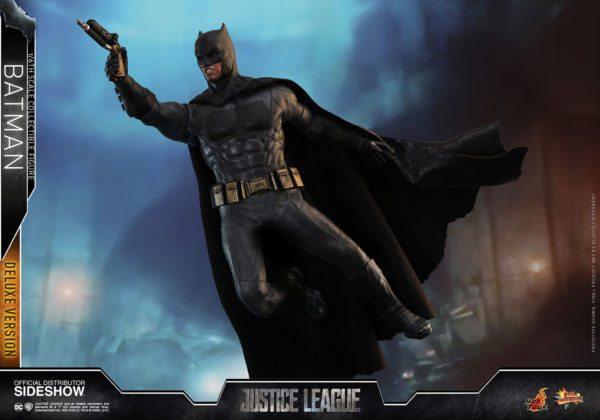 Batman-Justice-League-deluxe-figure-7-600x420