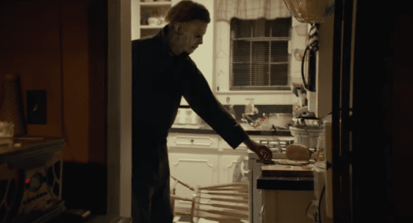 Halloween-clip-Michael-arrives-in-Haddonfield-screenshot-600x325