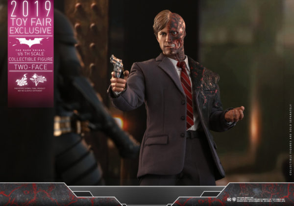 Hot-Toys-TDK-Two-Face-collectible-figure_PR3-600x420