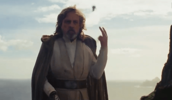 Luke-Skywalker-Throws-A-Lightsaber-Star-Wars-The-Last-Jedi-Deleted-Scenes-0-5-screenshot-600x349