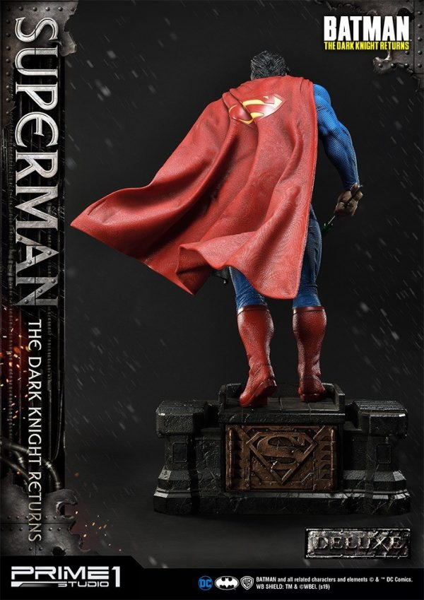 superman-deluxe-version_dc-comic-statue-10-600x849