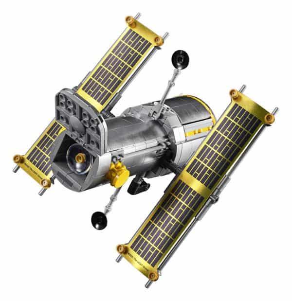 LEGO-NASA-Space-Shuttle-Discovery-10283-16-600x619